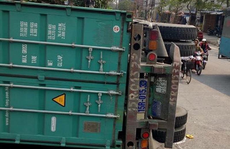 xe container de nat o to con tai nam dinh