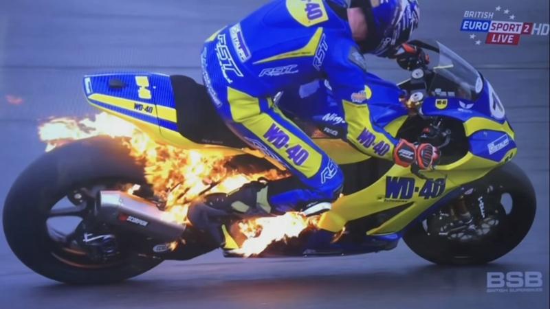 Xe đua bị bốc cháy và màn thoát thân rùng mình