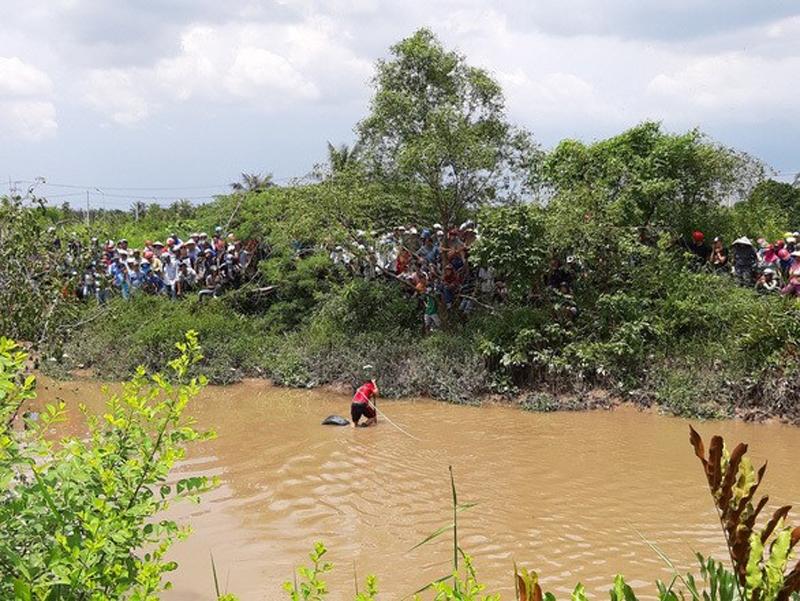 Trục vớt xế hộp chở gia đình rơi kênh, 3 nạn nhân tử vong