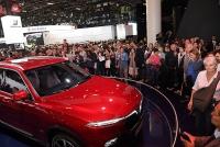 Khách quốc tế đổ xô đến xem xe VinFast