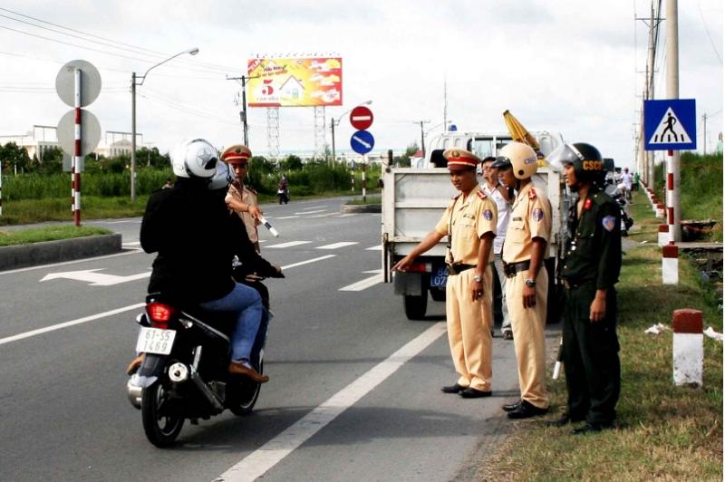 Mức phạt đối với xe máy khi đi sai làn đường