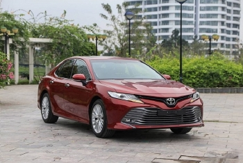 toyota camry giam gia 25 trieu dong thach thuc lux a20