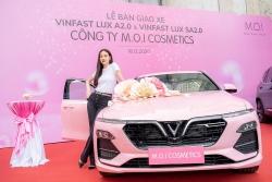 Sao Việt đồng loạt mua xe VinFast dịp cuối năm