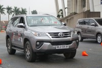 nghich ly toyota fortuner 2017 ep khach giua cho chieu