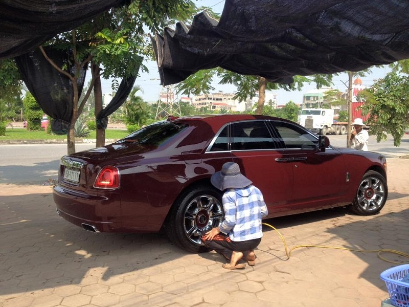 video rolls royce ghost bien doc tren pho
