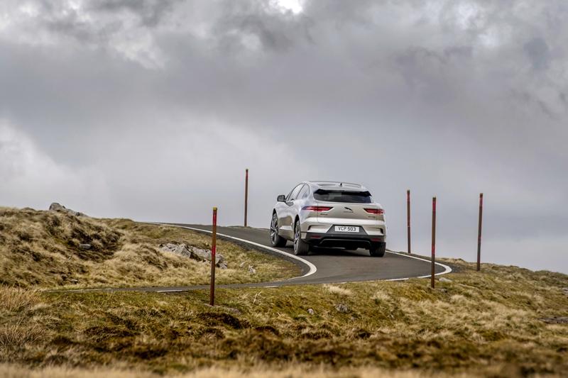 Jaguar I-PACE vượt 'Thử thách Everesting' với 1 lần sạc