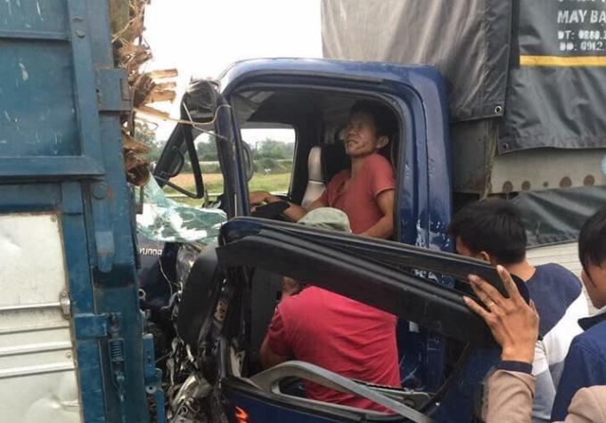 taxi gap tai nan khung khiep khi ung cuu tai xe xe tai tren cao toc